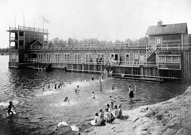 Outdoor swimming in Helsinki in 1920's... Humallahden uimalaitos 1920-luvulla