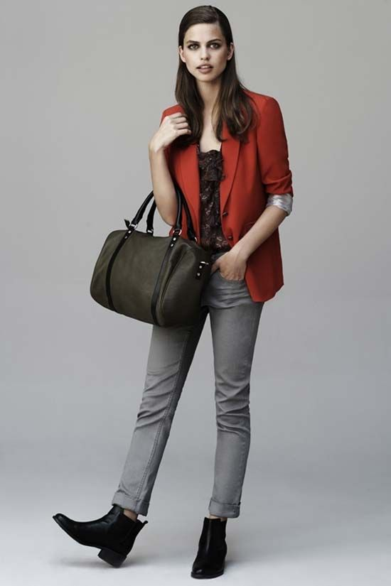 Look con pantalón gris y blazer rojo de Trucco