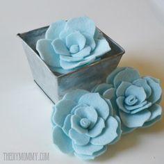 Sempre que posto na página do Facebook, flores em feltro, todo mundo adora e quer saber como fazer. Hoje vamos aprender a fazer suculentas de feltro, ficam lindinhas. Aqui foram recortados 2 tama…