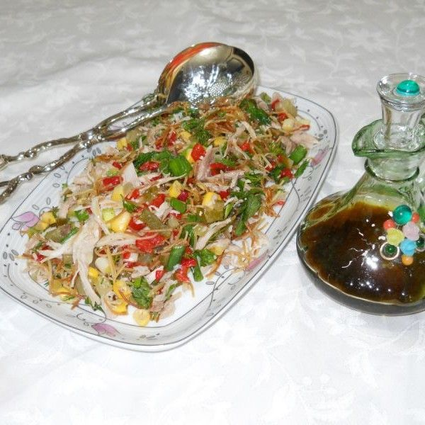 Mezeci Zeynep'ten Tavuklu Düğün Salatası;  Düğünlere davetlere layık tavuklu salatamın içinde yok yok, ama ona lezzetini veren elbette ki özel salata sosu