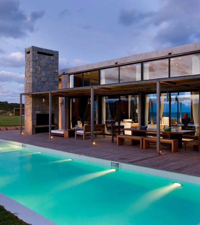 Es el exterior de mi casa que se compone una piscina grandes y el comedor y una cama por servi ver los estrellas.