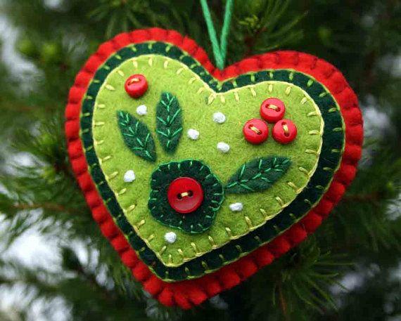 Rojo y verde corazón fieltro adornos de Navidad.  Corazón colgante de fieltro hechos a mano con capas de apliques y bordados en verde y rojo, adornado con pequeños botones.  Un perfecto regalo o decoración. aprox. 9 cm x 8 cm, con un lazo de algodón para colgar.  Puedes ver más adornos de corazón aquí; https://www.etsy.com/ie/shop/PuffinPatchwork?ref=hdr_shop_menu&section_id=19324374  Opiniones de los clientes;  Muy bien hecho con atención al detalle! Muchas gracias:)   Estos son ADORABLE y…