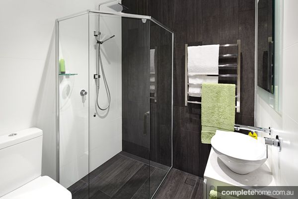 With+a+surprisingly+spacious+feel,+this+small+bathroom+uses+the+elements+of+illusion+to+add+warmth+and+space