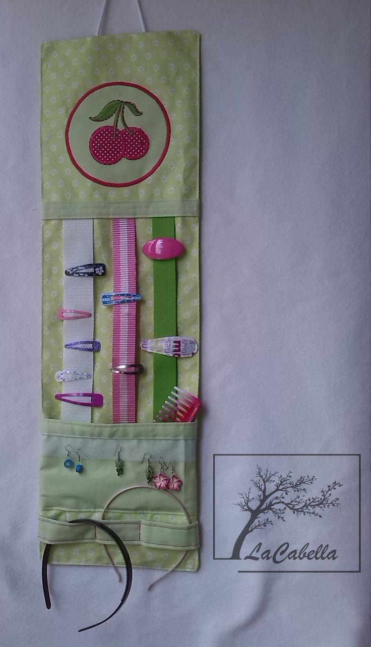 Sponkovník Sponkovník má tři pásky pro nacvakávání sponek, proužek na odklávání čelenek (prošitím rozdělený na tři části), tylovou vsadku pro odložení naušnic a kapsičku na drobnosti jako třeba hřebínek, gumičky, brýle.