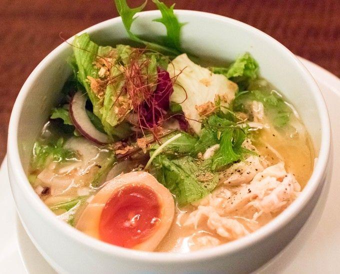 """蔭山樓 恵比寿店  鶏白湯塩そば   本来はフカヒレをメインとした創作中華料理のお店ですが、ラーメンマニアの間では鶏白湯の名店として非常に有名なところです。スープはほんのり感じる甘みが心地よく、手羽先のコラーゲンがたっぷり溶け出しているので、特に女性には嬉しい1杯でしょう。野菜もたっぷりトッピングされ、見た目にも色鮮やか。他店とは一線を画す仕上がりで、鶏白湯といったらエリア関係なくまずはここを訪れてみてほしいです。自由が丘に本店、高田馬場にも""""蔭山""""というラーメン専門の系列店あり。"""