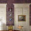 Le duplex parisien de Pierre Bergé Le grand salon, détail. Au mur, sur une toile peinte en trompe l'œil de damas, une collection d'émaux Renaissance. Sur une des portes, peintes en ivoire et or patiné, est accrochée un nu masculin de Théodore Géricault. Le canapé est recouvert de velours de soie imprimé et repeint à la main.
