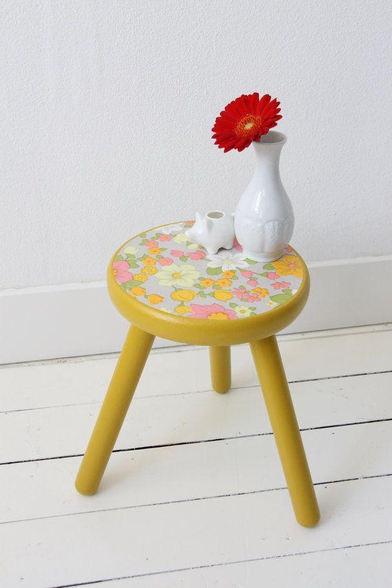 Geel krukje met roze oranje wit vintage bloemen door KijkMaris
