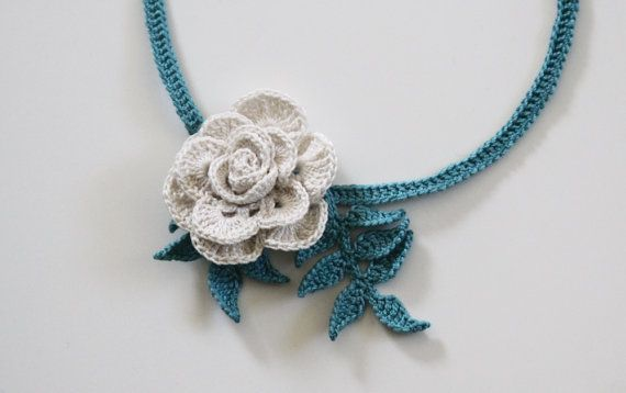White Rose with Teal Leaves Crocheted di mygiantstrawberry su Etsy