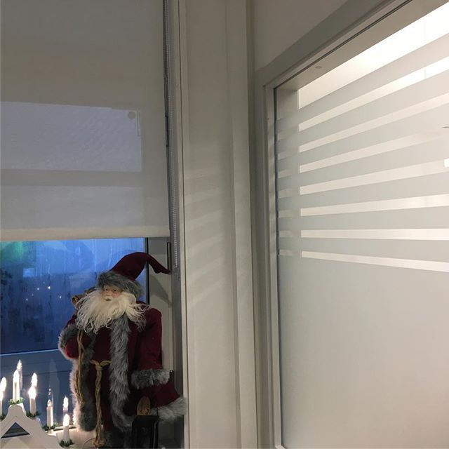 Rullgardin med vit screenväv, frostadfilm för insynsskydd.