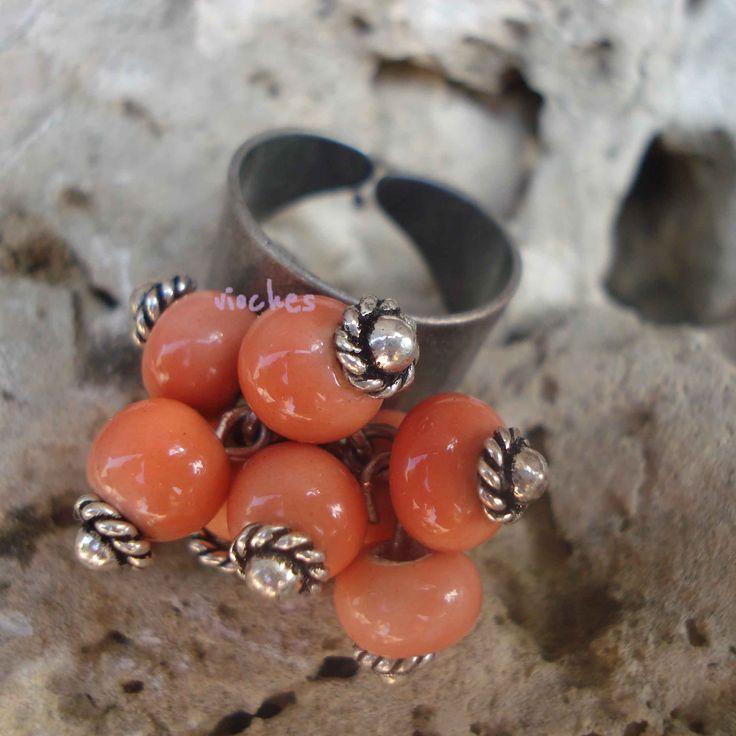 El primer modelo de anillo este otoño, tiene ocho bolas de cerámica montadas sobre un anillo de zamak plateado. Una gran ventaja es su base totalmente ajustable a la talla del dedo. A la hora de diseñar este modelo, decidí darle un estilo vintage montando la cerámica con bastones con cabezal labrado.  Puedes ver el post completo en: http://www.vioches.com/1/post/2013/09/damos-la-bienvenida-al-otoo-con-dos-nuevos-modelos-de-anillos.html