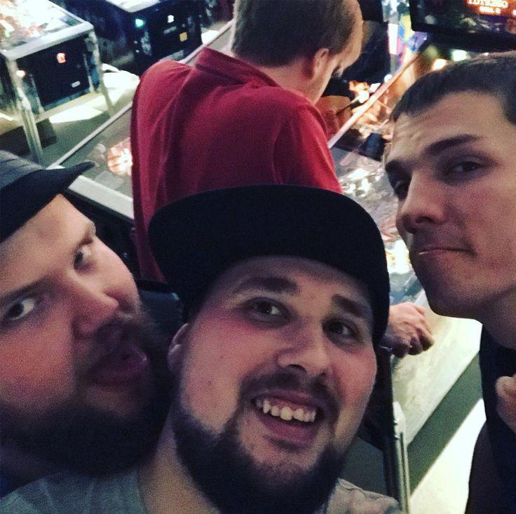 Die WG voll am Flippen  Eins nicer Abend mit den Boyz and Girlz verbracht  #TuberWG#weekend#saturday#evening#berlin#retro#flipper#pinball#buddy#friends#dudes#fun#gaming#cap#smile#selfie#nerd#nerdy#instapic#filter