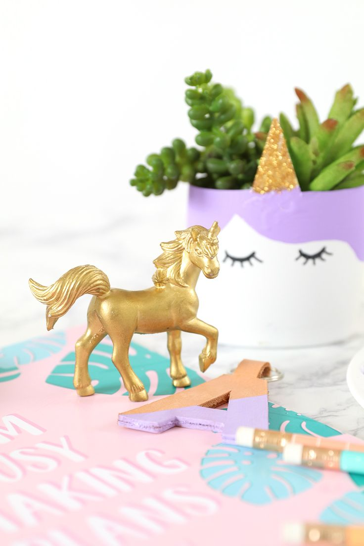 If you love unicorns we think you're going to adore this diy project! Click in to see how @damasklove upcycled a planter into the perfect house decoration or party gift.