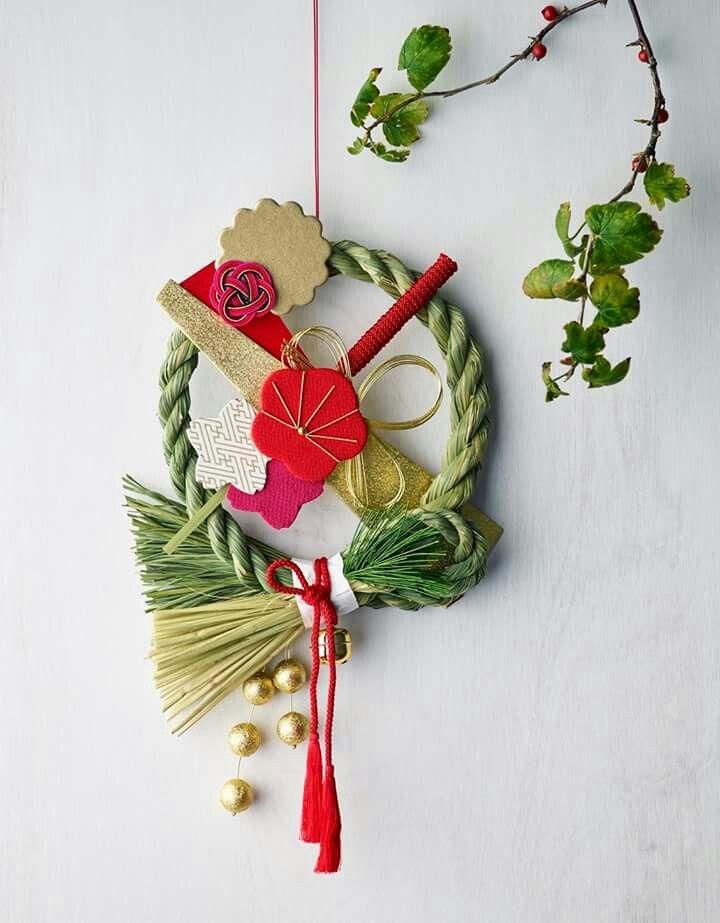 【お正月飾りを飾るタイミングは?】 お正月飾りは今年の神様に感謝しつつ、来年の神様をお迎えするための習わし。せっかく好みのお飾りをみつけても、飾る期間が短いのはさみしいですよね。諸説ありますが、一般的には29日は「二重苦」、31日は「一夜飾り」といわれるので、今日から28日、あるいは30日に飾るのがいいようです。(29日は「ふく(福)」に通じる縁起の良い日とする地域もあるようです) 1月7日の「松の内」を過ぎたら片付けるようにしましょう。