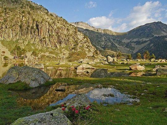Connue pour être une station de ski l'hiver et une station thermale à toutes les saisons, cette commune est aussi un très bon point de départ pour observer les merveilles des Pyrénées, notamment le lac d'Aubert, le lac de l'Oude ou la région des Laquettes (des petits lacs d'altitude regroupés). © Bruno Monginoux