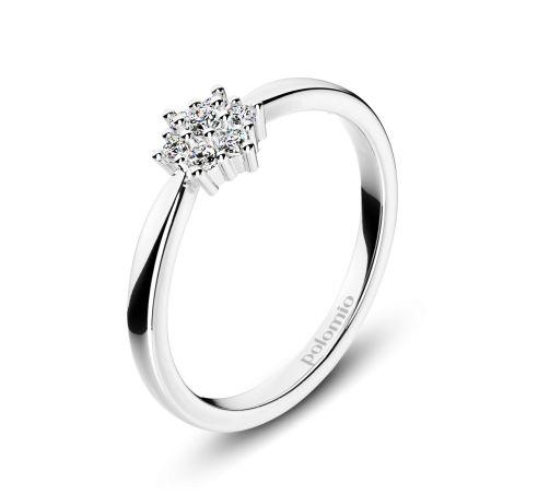 ZÁSNUBNÍ PRSTEN DUBLIN Polomio Jewellery. Sedm třpytivých kamínků zasazených do tvaru kytičky, tvoří jemný a něžný vzhled prstenu Dublin. Zúžená obroučka směrem ke květu vypadá jako stonek…není to tak? Zásnubní prsten je možné obědnat v červené, růžové, bílé a žluté barvě zlata. Zásnubní prsteny jsou osazeny zirkony, brilianty, nebo moisanity.