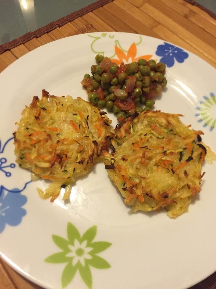 INGREDIENTI: 3 patate medie 1 zucchina 1 carota 1 confezione di mozzarella di riso alla curcuma Sale Pepe Olio extravergine d'oliva PROCEDIMENTO: Ricetta s