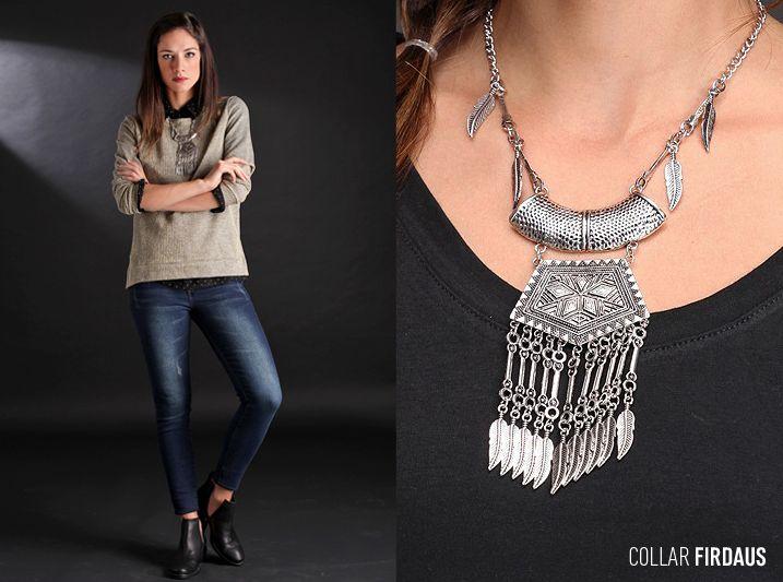 El Collar Firdaus, realizado en metal color plata brillante, destaca por su dije central con plumas y cadenas. ¡Sumá #estilo a tu #look con Brandel!