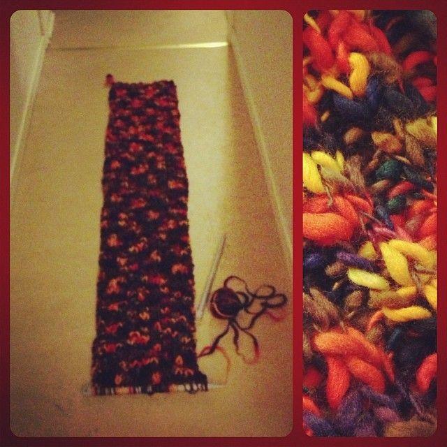 Stickar vidare på halsduken i det härliga garnet, Colourway från Wales, som är ett fyrverkeri av färger. #Padgram