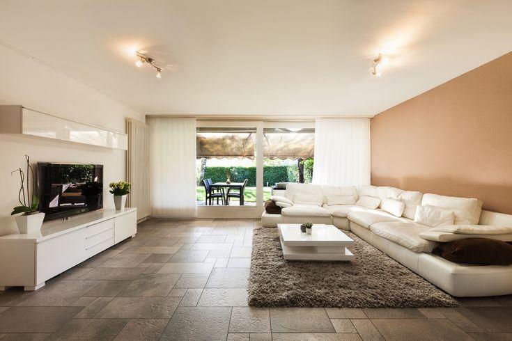 Salón minimalista en blanco y salmón 5.00/5 - 1 voto Amplio salón con paredes en tonos blanco y salmón. Grandes ventanas correderas. Sofá blanco en L de piel....