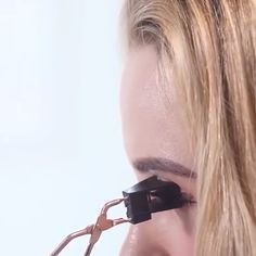 This tool is an ingenious Magnetic Eyelash Partner which helps you apply magnetic eyelashes in seconds! ( Only for magentic eyelashes )