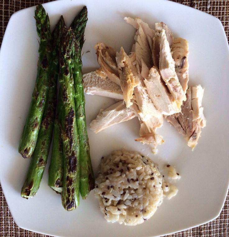 Simple, rico y rapido. Pollo asado con arroz integral y esparragos salteados