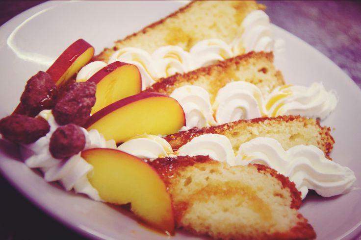 Torta yogurt con crema caramello, variegato al mou, e mandorle caramellate... delizie pugliesi in tavola http://www.masseriabelvedere.com/i-nostri-servizi.html