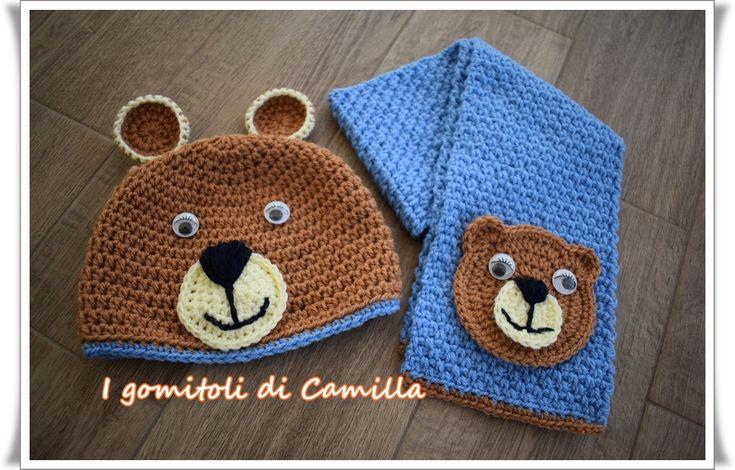Realizziamo insieme questo completino di sciarpa e berretto da bimbo con orsetto con orecchie: cliccate sulla foto per le spiegazioni.