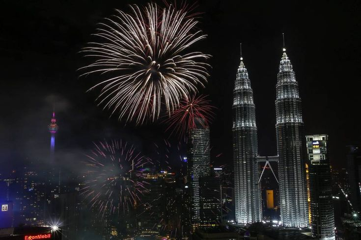 China construirá en Camboya las dos torres gemelas más altas del mundo Los rascacielos medirán 560 metros de altura, más 100 metros que las Torres Petronas. Vista del espectáculo pirotécnico para dar la bienvenida al Año Nuevo junto a las Torres Petronas en Kuala Lumpur.