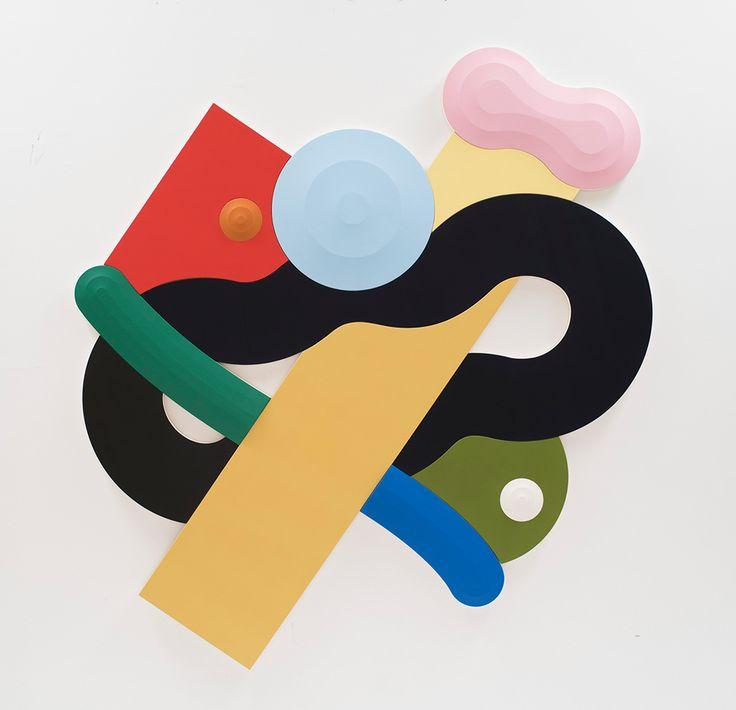 Laobra del joven artista neoyorquinoJosh Sperling, hecha a partir dela suma de distintasformasde madera pintadas con preciosas combinaciones de coloresyconun sutil relieve, consigue que su trabajo oscile entre la escultura y la pintura.