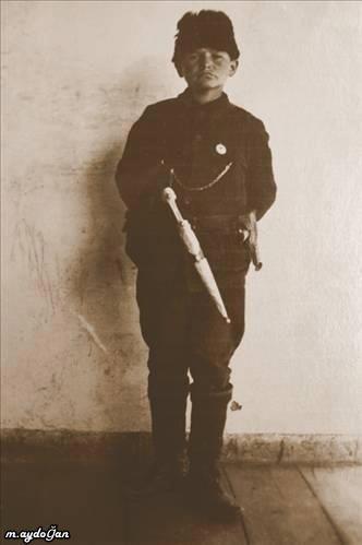 """Asker çocuk Cemal: """"Bana Türk düzenli birliklerinden bir subayın yazdığı ve karşılaşacağı herkese onu öven bir mektup gösterdi: 'Yaşı küçük olsa da erkek gibi savaşmıştır ve hemşehrilerinin takdirini hak etmiştir. Bir kez başından, bir kez de sol kalçasından olmak üzere iki kez yaralanmıştır'"""