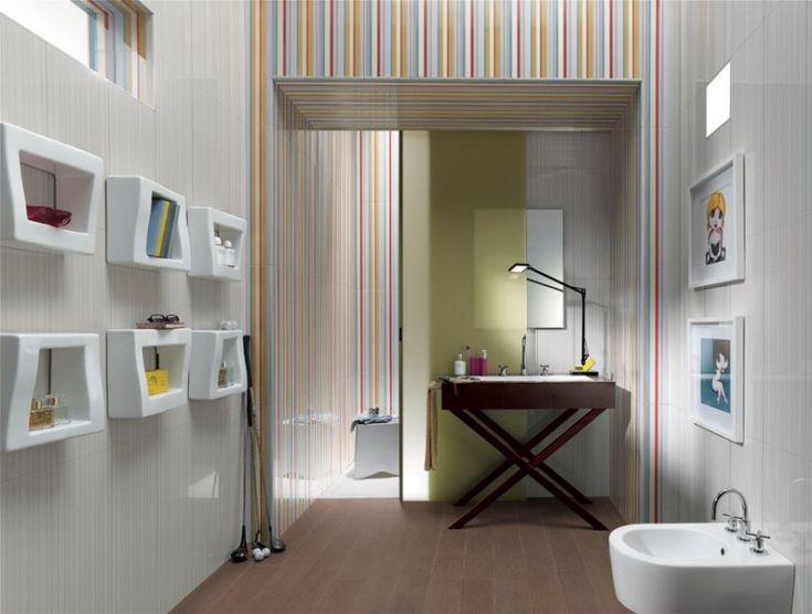 Красивый дизайн плитки в ванной комнате . очень мне нравятся детали: полоски разноцветные, необычные полочки и столик под умывальником.