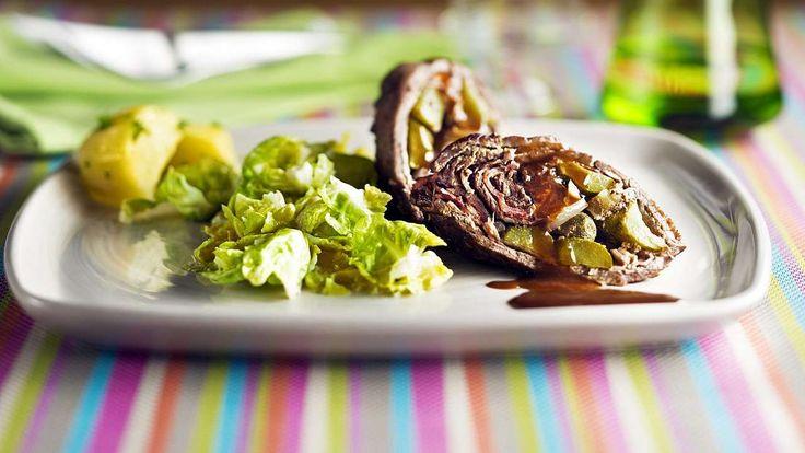 Heute servieren wir leckere Rinderrouladen, gefüllt mit Speck, Zwiebeln und Gewürzgurken. Guten Appetit!   #Rezept #Klassiker #Rouladen