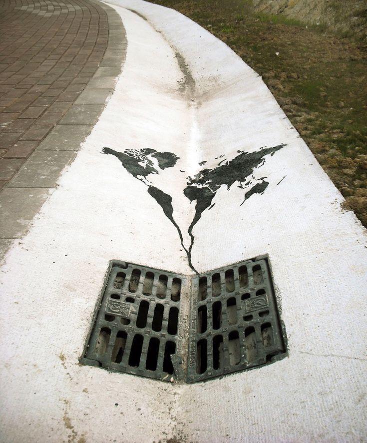 planisfero e tombino, arte di strada | Globale e locale in poesia