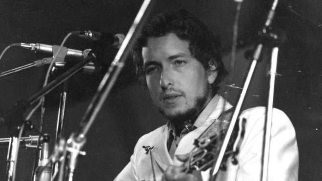 Bob Dylan Seis letras de canciones de Bob Dylan que muestran la poesía por la que ganó el Nobel de Literatura 2016
