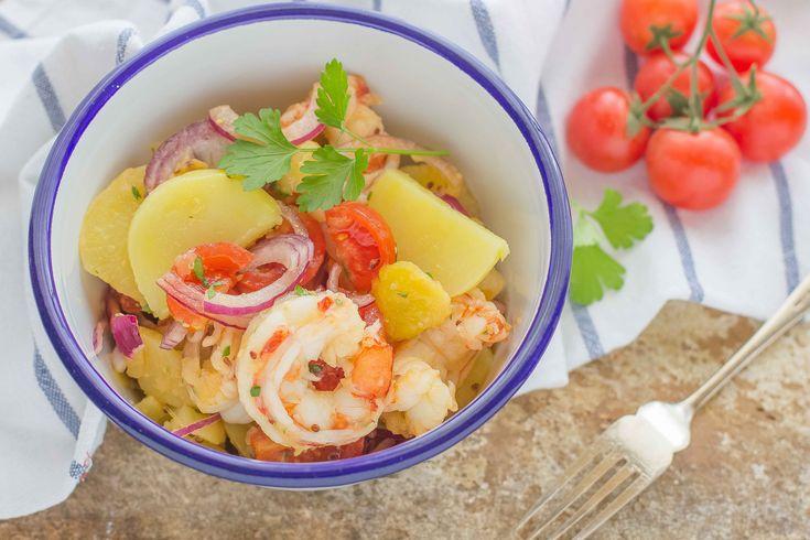L'insalata alla catalana è un piatto ricco e fresco, ideale da preparare nei mesi più caldi: arricchitela con patate, gamberi, cipolla e pomodorini.