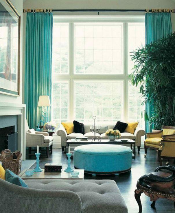 Burada gördüğümüz salonda da turkuaz , sarı ve gri tonları kullanılmıştır. Mobilyalarda ağırlık olarak açık tonlar kullanılmış ve perdeler ile odanın görüntüsü canlandırılmı