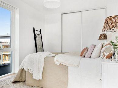 Biała minimalistyczna sypialnia w skandynawskim   stylu z pastelowymi dodatkami w kolorach ziemi (28429)