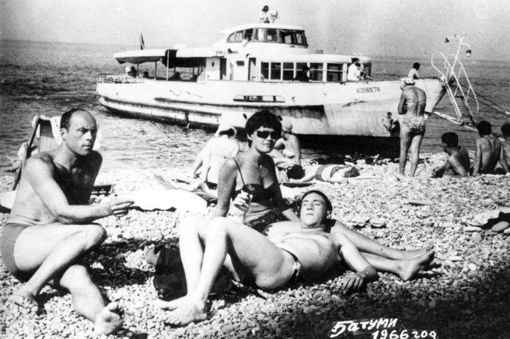 Станислав Говорухин, Владимир Высоцкий и Ирина Шалаева в г.Батуми. Фото 1966 года