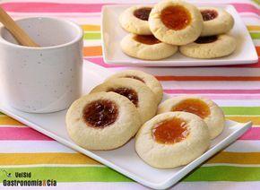 Aquí tenéis una de las recetas de Galletas con mermelada (Thumbprint cookies) que elaboramos de vez en cuando, unas galletas ideales para tomar en el desayuno o la merienda, o para ofrecer a los invitados con el café o con el té. Las galletas son un tentempié dulce que tiene muchos adeptos, y ya que no hay que abusar de este tipo de alimentos por su contenido en azúcar y grasas, al menos que sean caseras y naturales.A continuación os explicamos cómo hacer estas galletas rellenas de