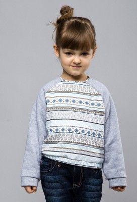 bluza Renko Bluza z reglanowym rękawem i ściągaczem na dole. Wykonana z tkaniny w skandynawski wzór w odcieniach błękitu, granatu, szarości i brązu oraz szarej dzianiny.
