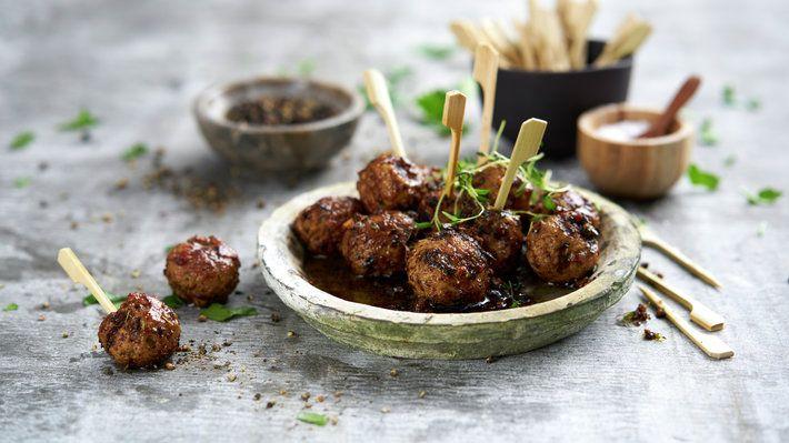 Kjøttboller som fingermat er en klassiker. Her er en oppskrift som er litt spicy og med masse god smak.