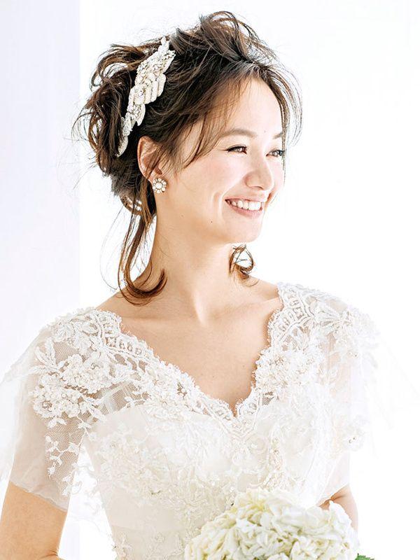 花嫁ヘアの最近のトレンドは、胸もとはノーアクセサリーで、キラキラとビジューがきらめく、ティアラやヘッドアクセサリーをアクセントにしたスタイル! たくさんのスタイルの中から、あなたらしいアレンジを見つけて!