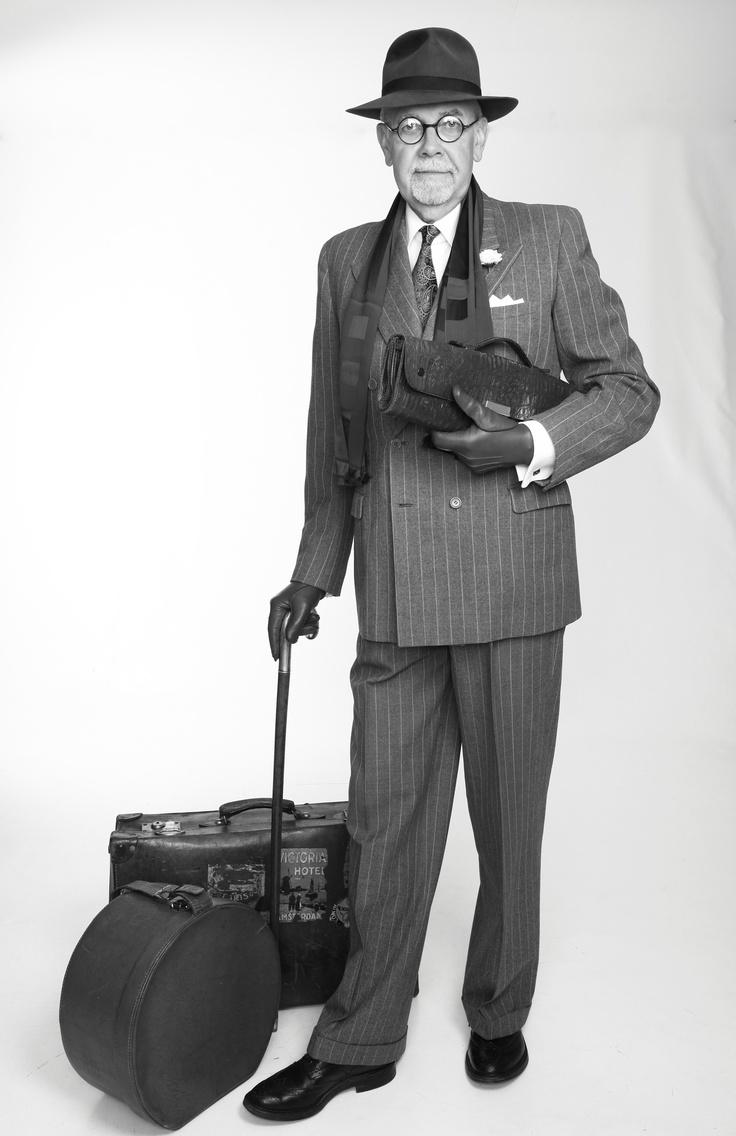 1940: Kostym/suit av märket Drabant sydd för Bröderna Hedberg AB i Västerås (Inköpt hos A.Marchesan). Hatt av märket Batterby & Co i London. Slips/tie från Harry N. Tuveson Fine Clothes i Chicago. Skor/shoes: Tricker´s. Knapphålsblomma/boutonnier i silke från A Suitable Wardrobe. Och en massa gamla attiraljer från här och där.