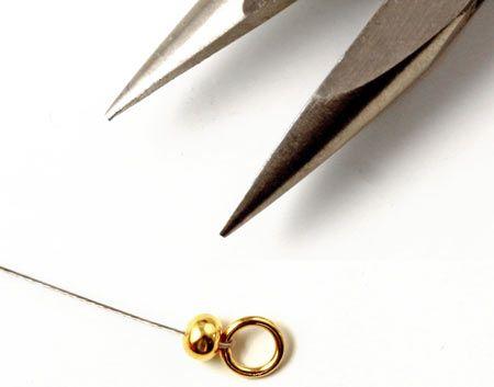 Her ser du hvordan det ser ud når wireklemmeskjuleren er lukket. Du bruger en spidstang eller en fladtang til forsigtig at lukke wireklemmeskjuleren , lidt ligesom en som muslingeskal omkring wireklemmen.