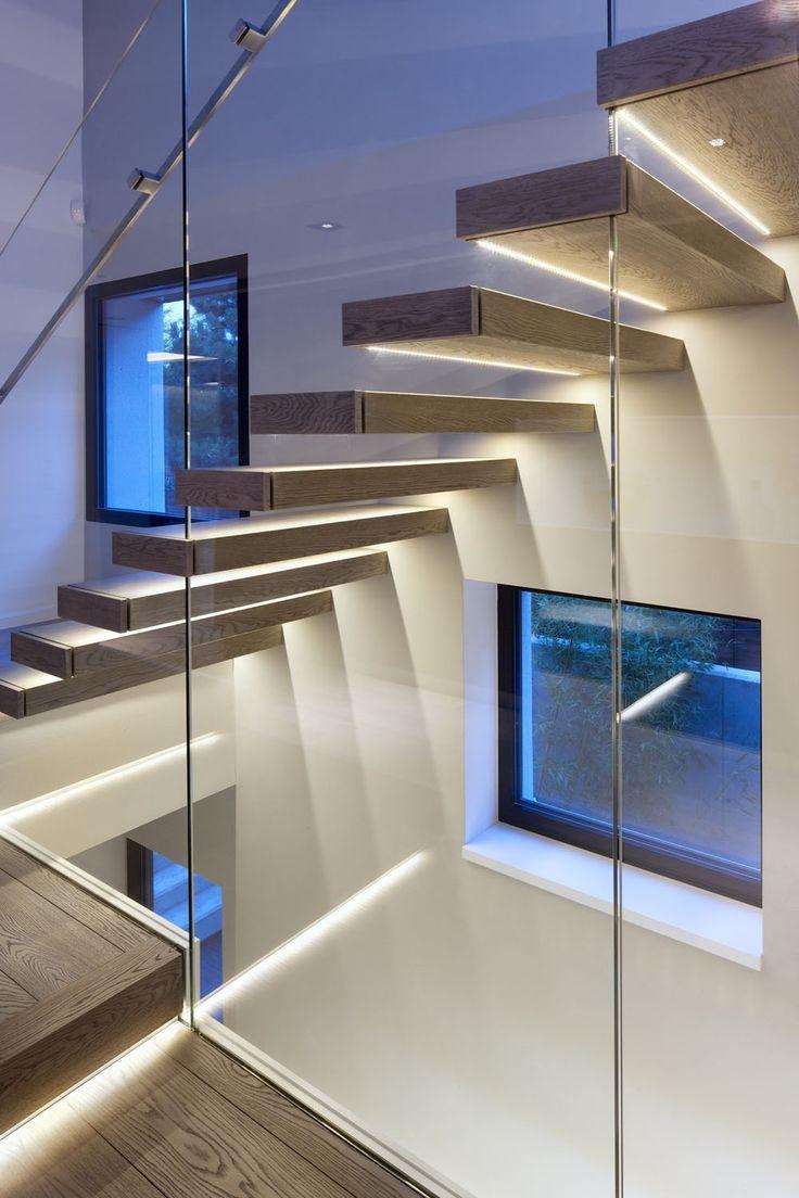 """Iluminação da escada em LEED, de luz branca, iluminando dois """"ambientes"""" simultaneamente, tanto pra quem sobe ou desce a escada que aparece, e ilumina o também o segundo lance abaixo do vidro. Sistema indireto de iluminação"""