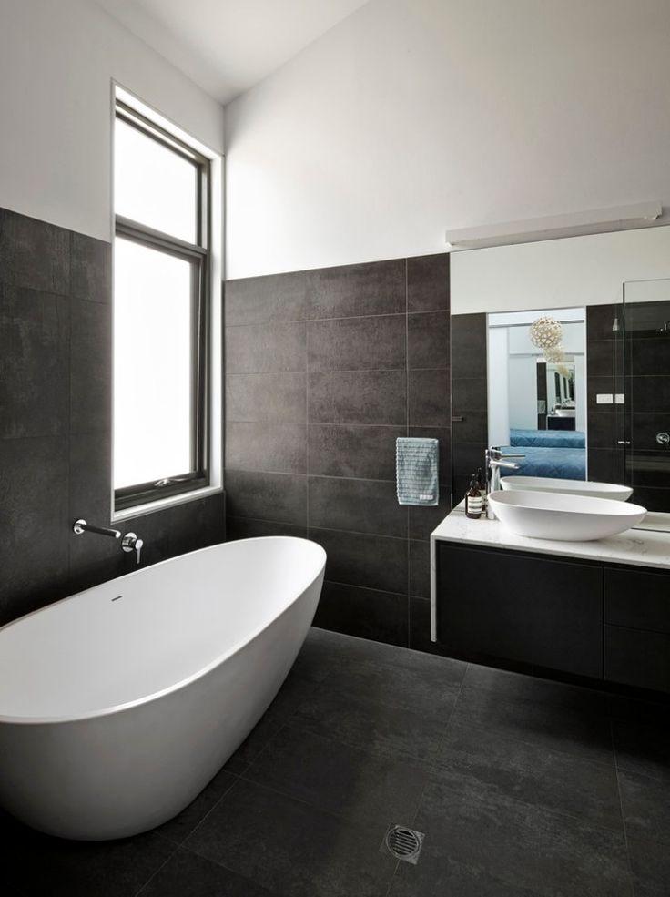 schwarze badezimmer fliesen und freistehende Badew…