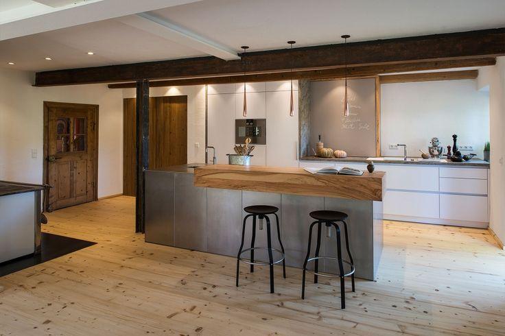 Helle und offene Wohnküche mit Edelstahl Fronten