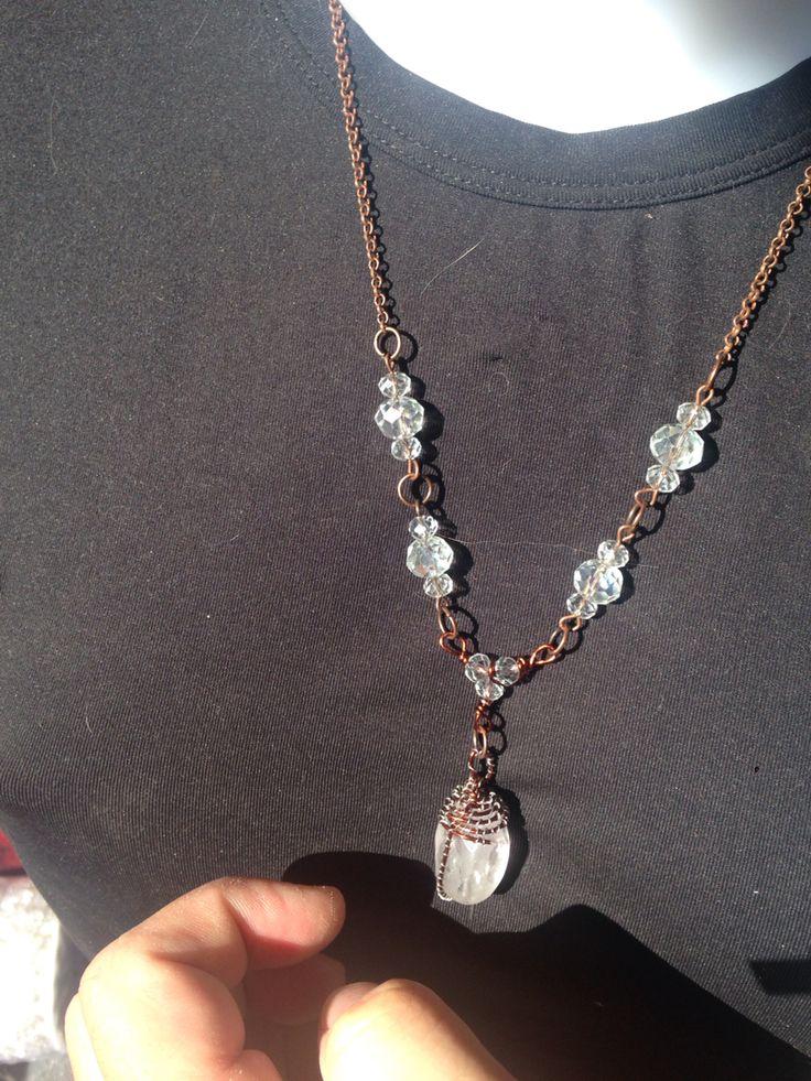 #colares con #colgante en #cristal blanco y doble alambre en cobre y metal color plata. Todo con otro alambre siempre en color cobre. En venta. Info@oro18.eu #oro18 #bisuteria #bijoux