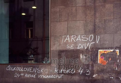 Hauswand in Prag nach einem Eishockey WM-Spiel in Schweden, 1969 Juergen/Timeline Images #60er #60s #Eishockey #WM #1969 #Prag #CCCP #UDSSR #Grafitti #Grafittis #Hauswand #Spielstand