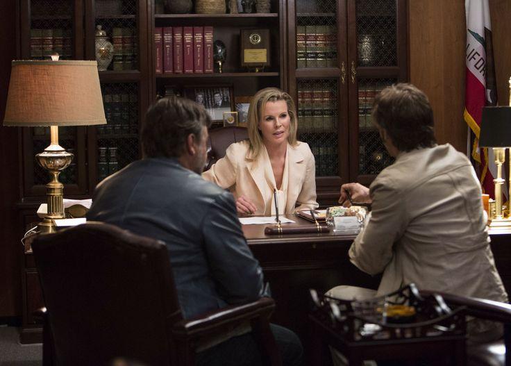 The Nice Guys - L'investigatore Holland March (Ryan Gosling) e il detective Jackson Healy (Russell Crowe) a colloquio dalla potente Judith Kutner (Kim Basinger), del Dipartimento di Giustizia americano © 2016 LUCKY RED
